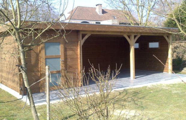 Carport in thermohout met tuinhuis